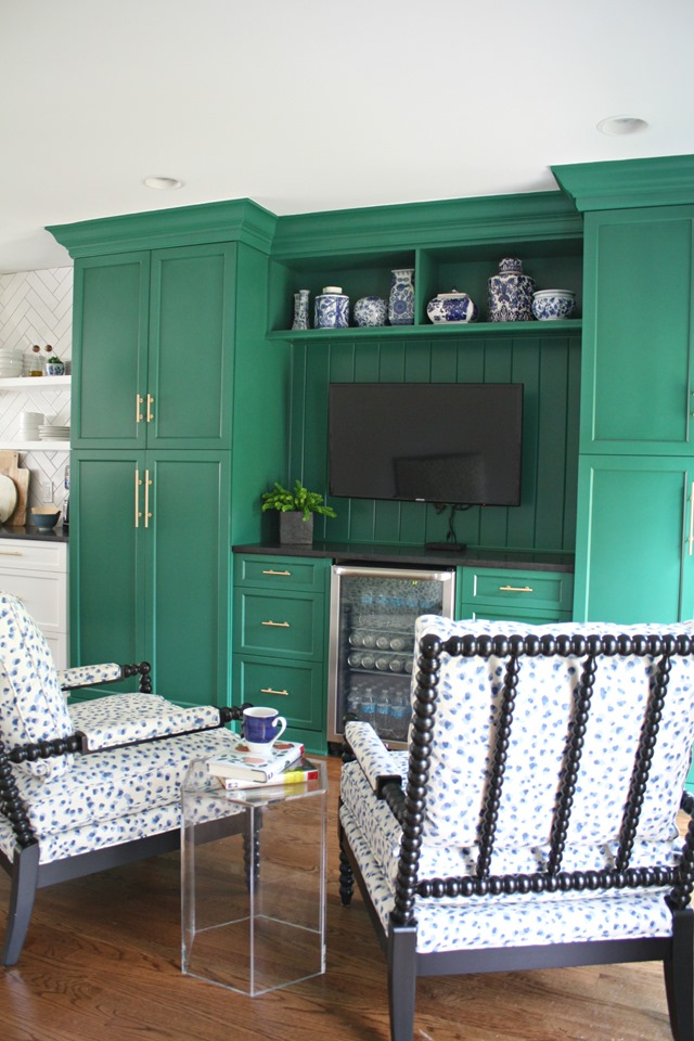 green_kitchen_sitting_area.png