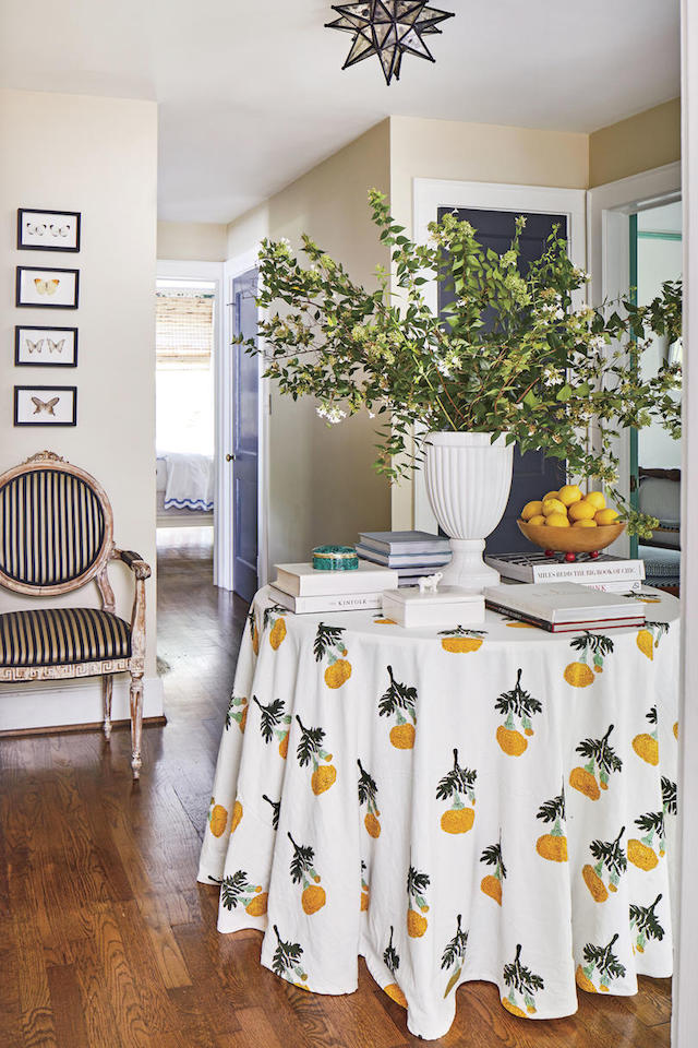 olorful-cottage-entryway-skirted-table