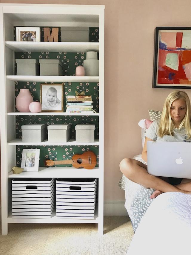 peel-stick-wallpaper-shelves-teenage-room-back-to-school