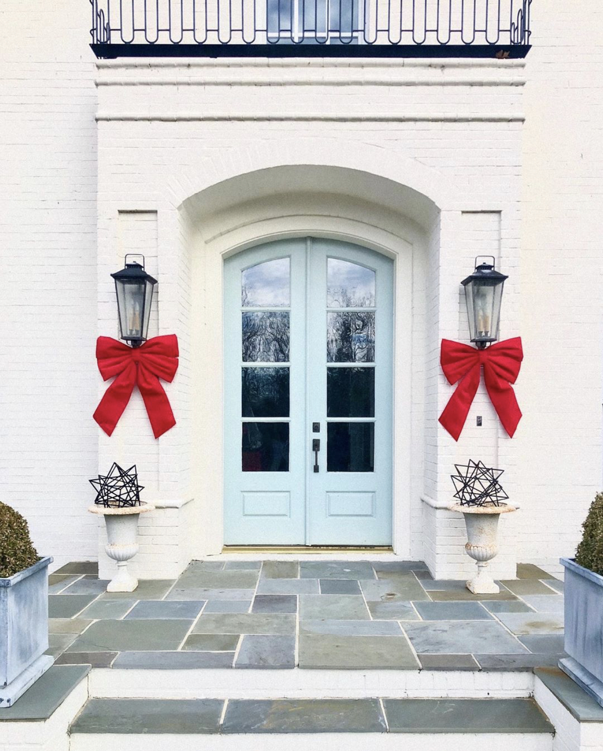 Christmas-decorating-red-bows-front-door
