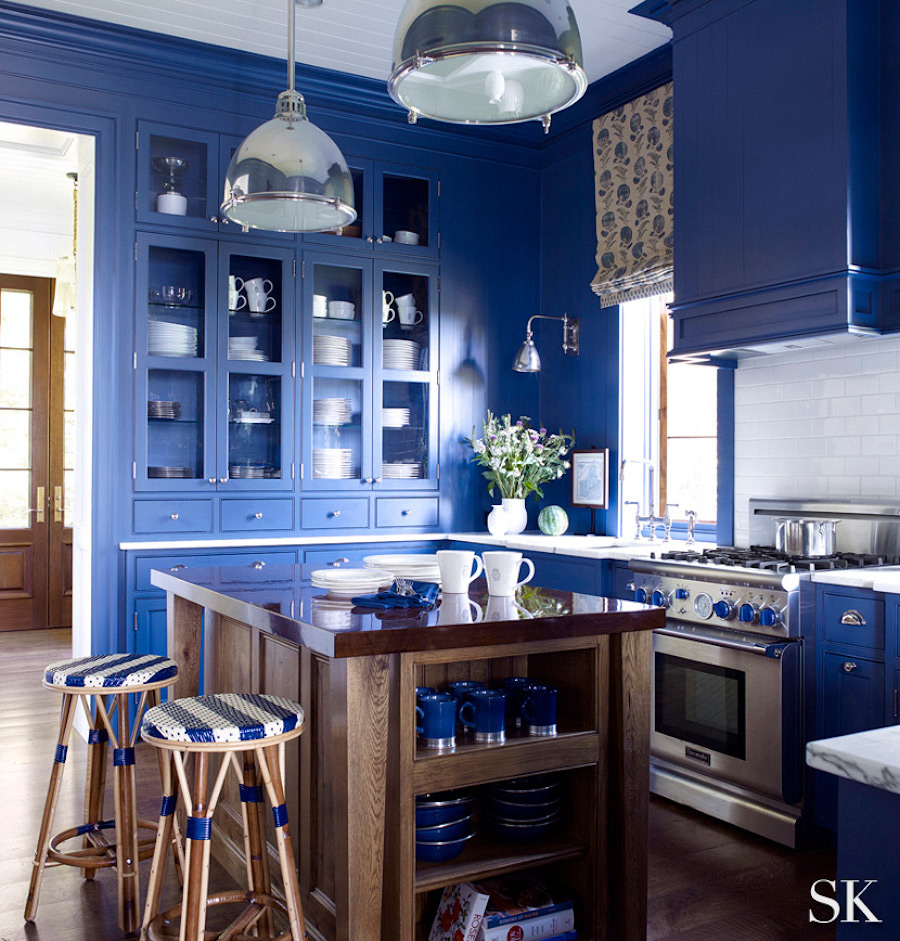 monochromatic-kitchen-blue-walls-cabinets-same-color
